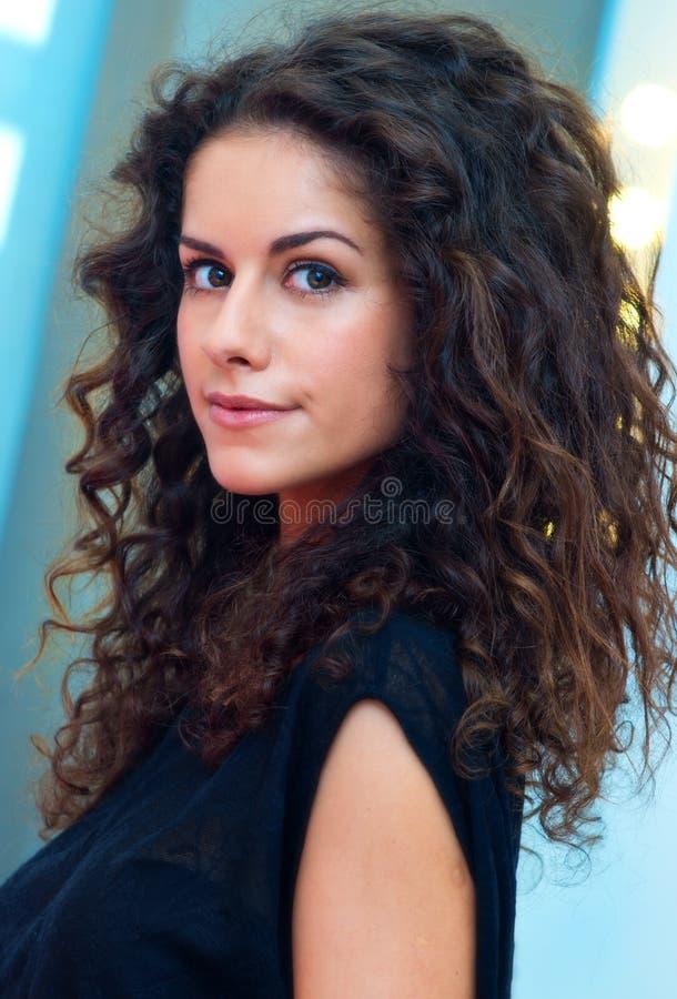 Ελκυστική γυναίκα με τη σγουρή τρίχα στοκ φωτογραφία με δικαίωμα ελεύθερης χρήσης