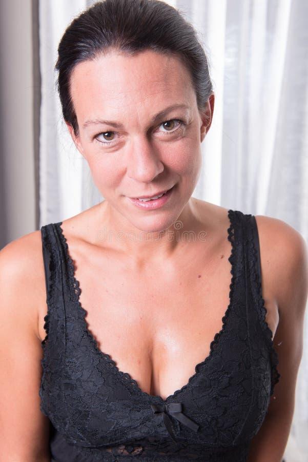 Ελκυστική γυναίκα πορτρέτου με τη μαύρη τρίχα στοκ φωτογραφία