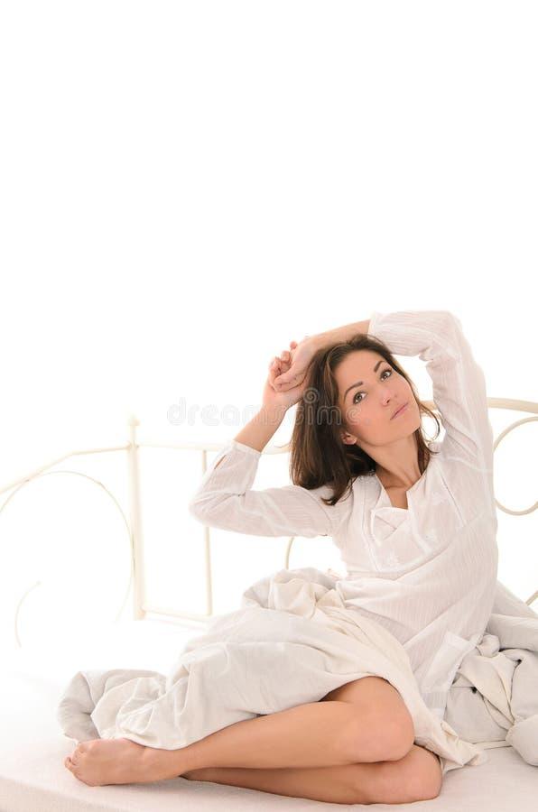 Ελκυστική γυναίκα που τεντώνεται μετά από τον ύπνο στοκ φωτογραφίες με δικαίωμα ελεύθερης χρήσης