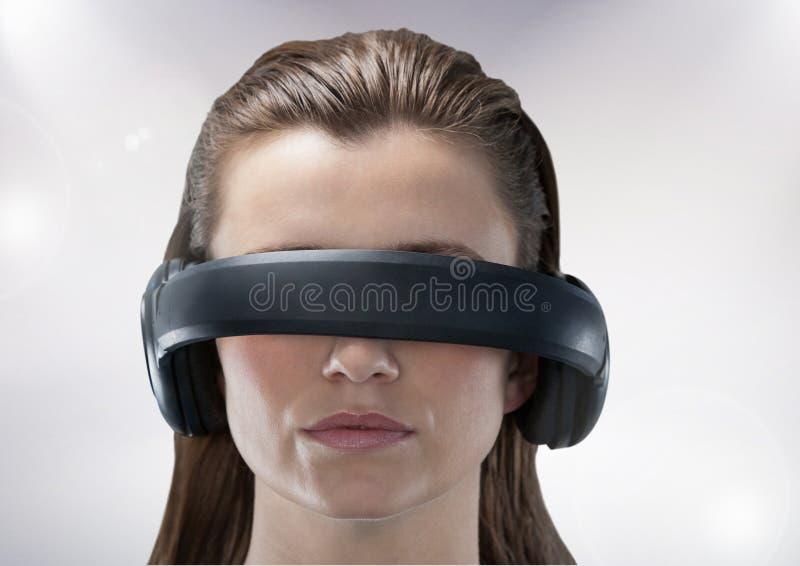 Ελκυστική γυναίκα που χρησιμοποιεί την κάσκα εικονικής πραγματικότητας ελεύθερη απεικόνιση δικαιώματος