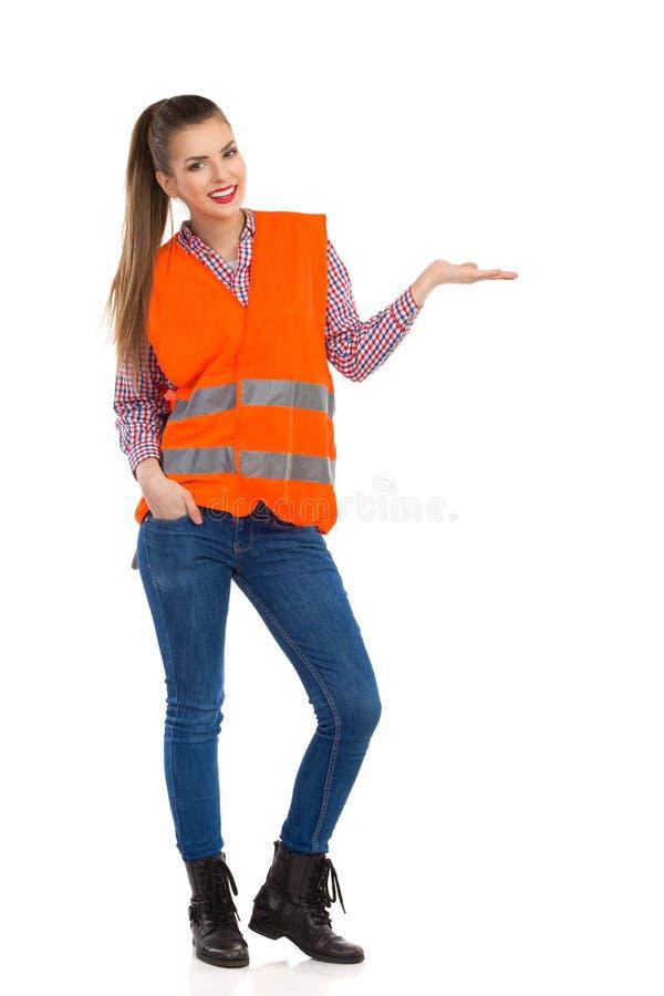 Ελκυστική γυναίκα στην αντανακλαστική παρουσίαση φανέλλων στοκ φωτογραφία