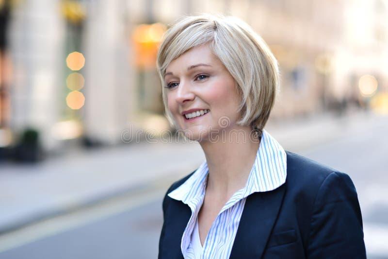 Ελκυστική γυναίκα στη θέση κέντρων της πόλης στοκ εικόνες με δικαίωμα ελεύθερης χρήσης