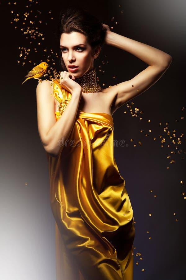 Ελκυστική γυναίκα στο κίτρινο φόρεμα στοκ φωτογραφίες
