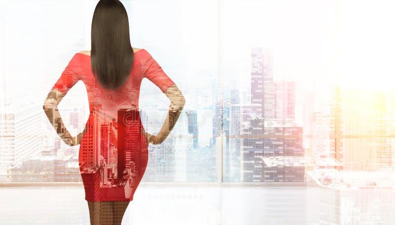 Ελκυστική γυναίκα στο υπόβαθρο της Νέας Υόρκης στοκ φωτογραφία