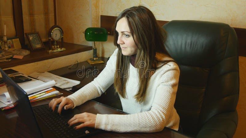 Ελκυστική επιχειρηματίας που εργάζεται αργά τη νύχτα στοκ φωτογραφία με δικαίωμα ελεύθερης χρήσης