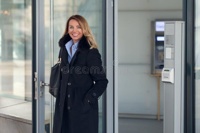 Ελκυστική επιχειρηματίας που στέκεται στο λόμπι ενός εμπορικού κτηρίου στοκ φωτογραφίες με δικαίωμα ελεύθερης χρήσης