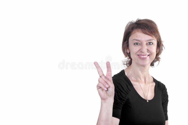 Ελκυστική επιχειρησιακή γυναίκα που κάνει το σημάδι νίκης στοκ εικόνες