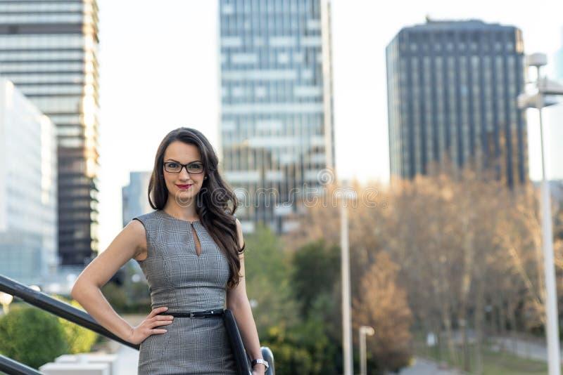 Ελκυστική επιχειρησιακή γυναίκα σε μια οδό πόλεων στοκ εικόνες