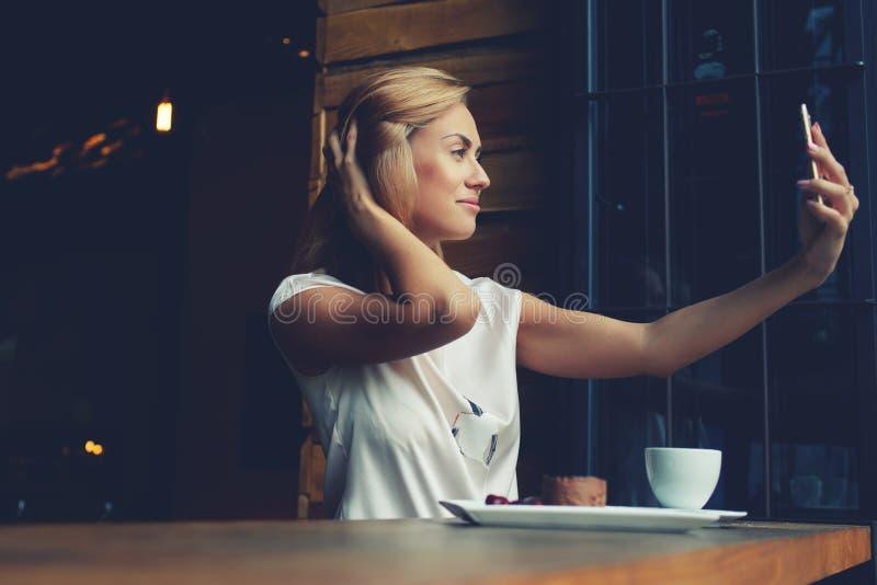 Ελκυστική ευρωπαϊκή θηλυκή τοποθέτηση φωτογραφιμένος για την κοινωνική εικόνα δικτύων στοκ εικόνες
