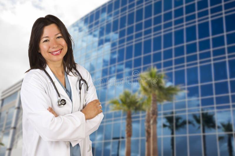 Ελκυστική ισπανική γιατρός ή νοσοκόμα μπροστά από την οικοδόμηση στοκ εικόνα με δικαίωμα ελεύθερης χρήσης