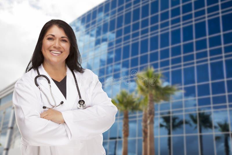 Ελκυστική ισπανική γιατρός ή νοσοκόμα μπροστά από την οικοδόμηση στοκ φωτογραφίες