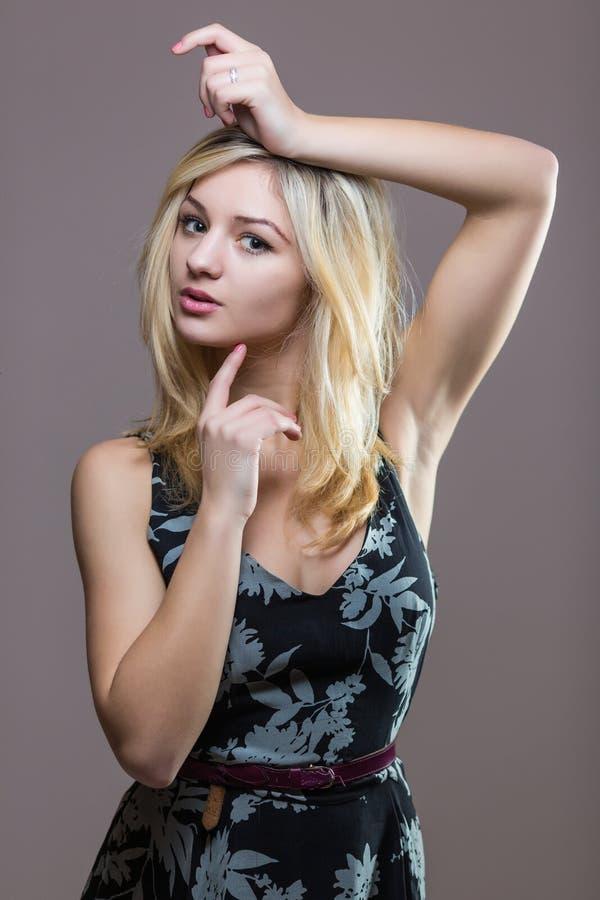 Ελκυστική κατάλληλη γυναίκα στο φόρεμα στοκ φωτογραφία