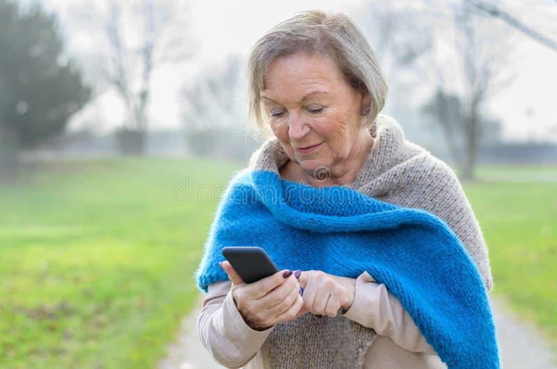 Ελκυστική καταλαβαίνω ηλικιωμένη γυναίκα τεχνολογίας στοκ φωτογραφίες