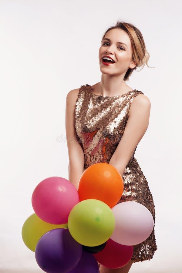 Ελκυστική κομψή γυναίκα με τα μπαλόνια στοκ φωτογραφίες
