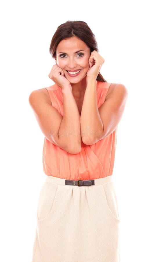 Ελκυστική κυρία στο κομψό χαμόγελο μπλουζών στοκ φωτογραφία με δικαίωμα ελεύθερης χρήσης