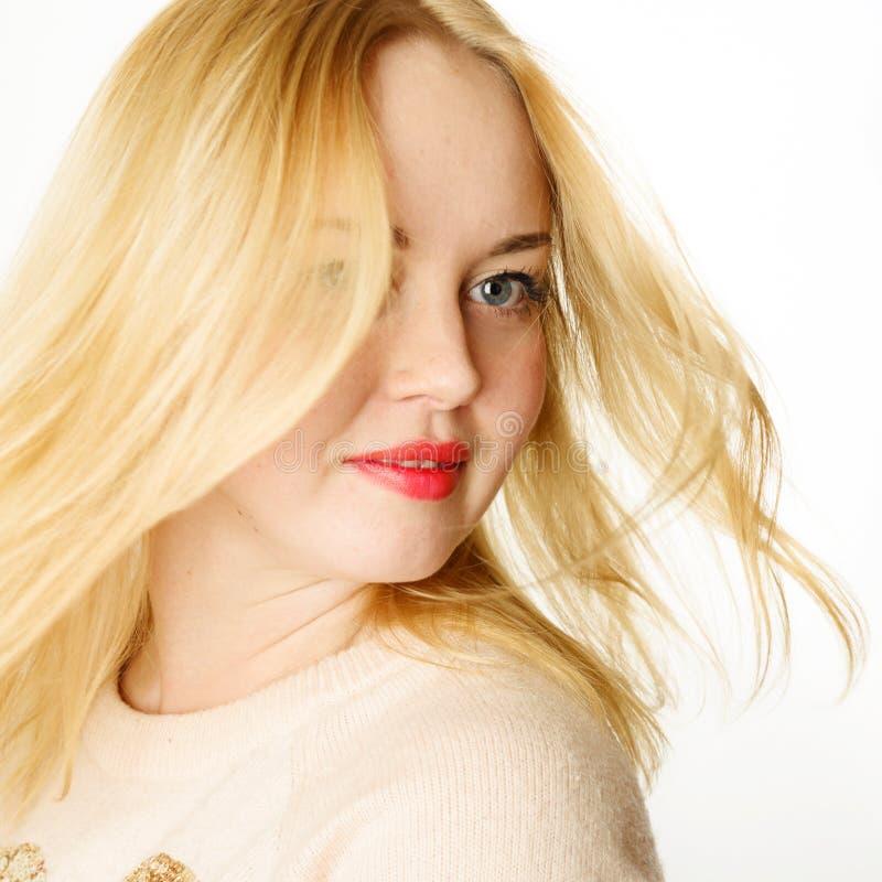Ελκυστική νέα γυναίκα με τα ξανθά μαλλιά και τα κόκκινα χείλια στοκ εικόνες
