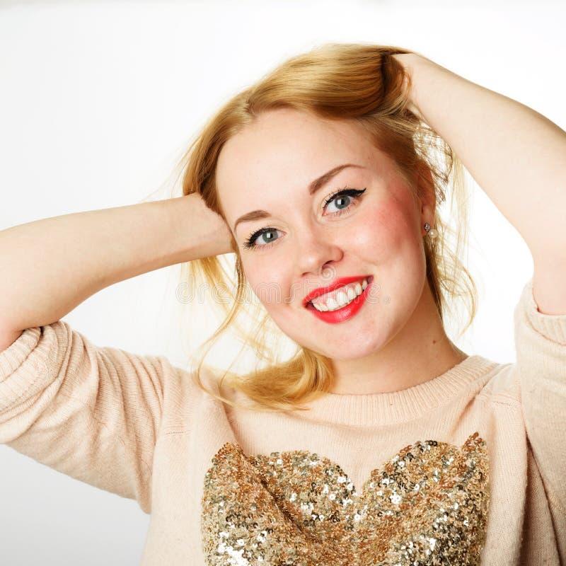 Ελκυστική νέα γυναίκα με τα ξανθά μαλλιά και τα κόκκινα χείλια στοκ φωτογραφία με δικαίωμα ελεύθερης χρήσης