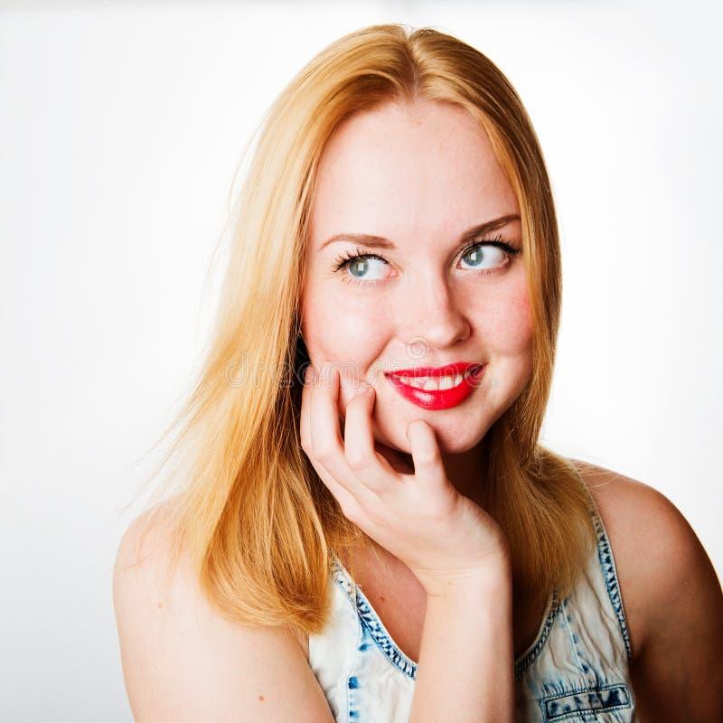 Ελκυστική νέα γυναίκα με τα ξανθά μαλλιά και τα κόκκινα χείλια στοκ φωτογραφία