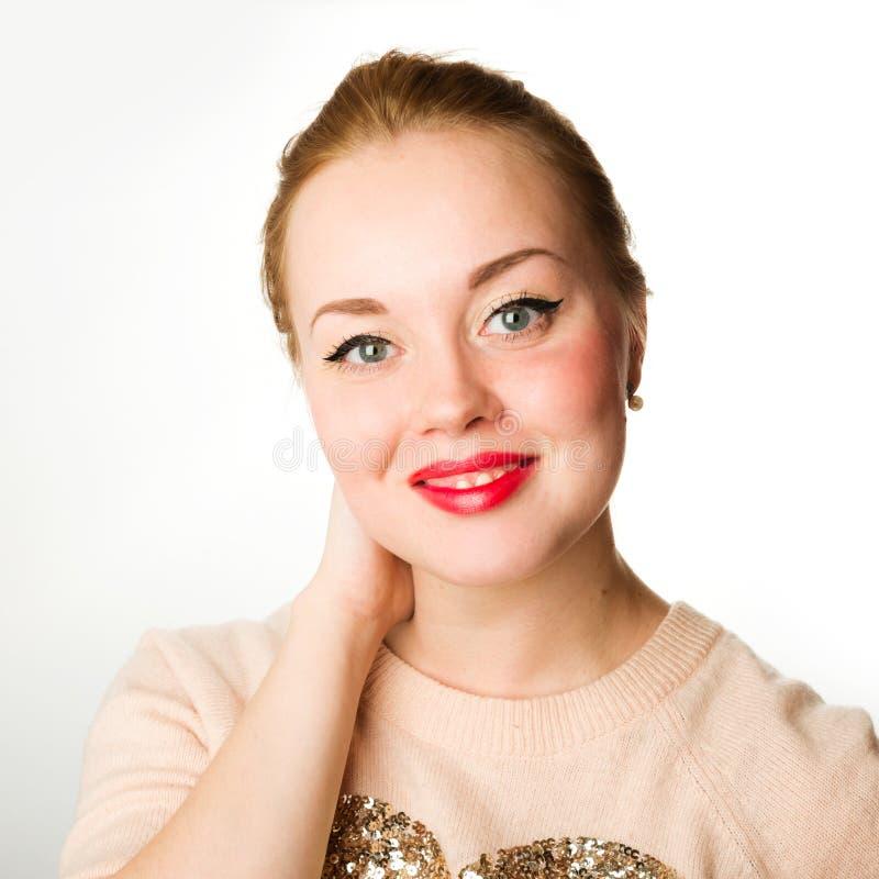 Ελκυστική νέα γυναίκα με τα ξανθά μαλλιά και τα κόκκινα χείλια στοκ εικόνα