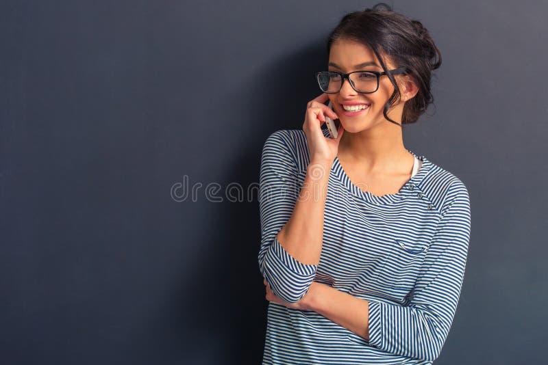 Ελκυστική νέα γυναίκα με τη συσκευή στοκ εικόνες