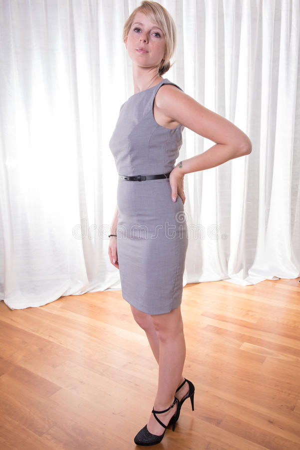 Ελκυστική νέα γυναίκα πορτρέτου στο επιχειρησιακό φόρεμα στοκ φωτογραφίες