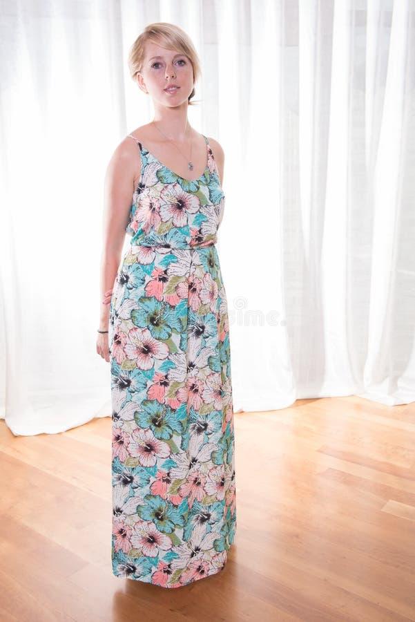 Ελκυστική νέα γυναίκα πορτρέτου στο θερινό φόρεμα στοκ φωτογραφίες με δικαίωμα ελεύθερης χρήσης