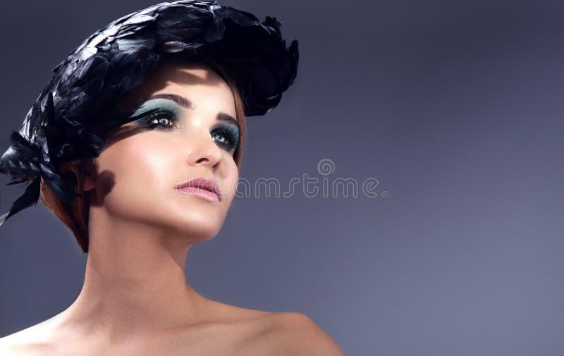 Ελκυστική νέα γυναικεία τοποθέτηση στοκ εικόνα με δικαίωμα ελεύθερης χρήσης