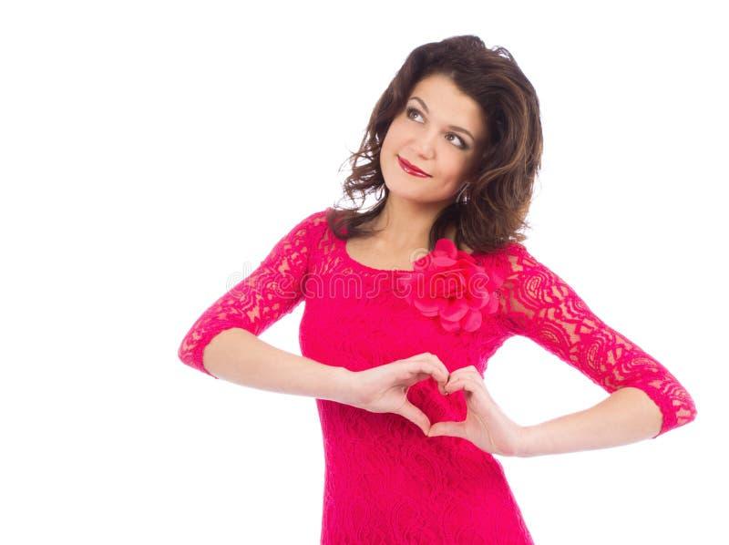 Ελκυστική νέα μορφή γυναικών καρδιάς που διαμορφώνεται από τα χέρια στοκ εικόνες
