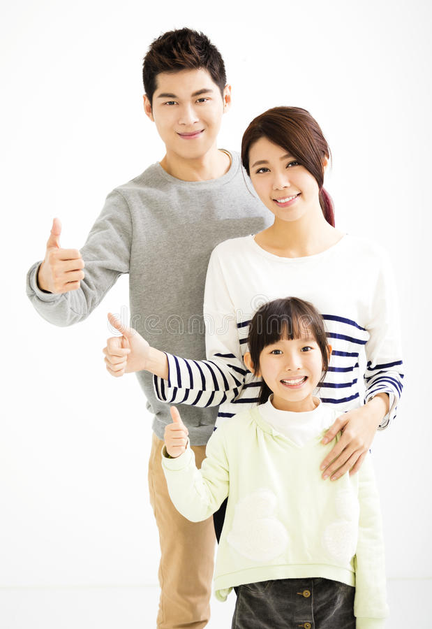 Ελκυστική νέα οικογένεια με τον αντίχειρα επάνω στοκ εικόνα