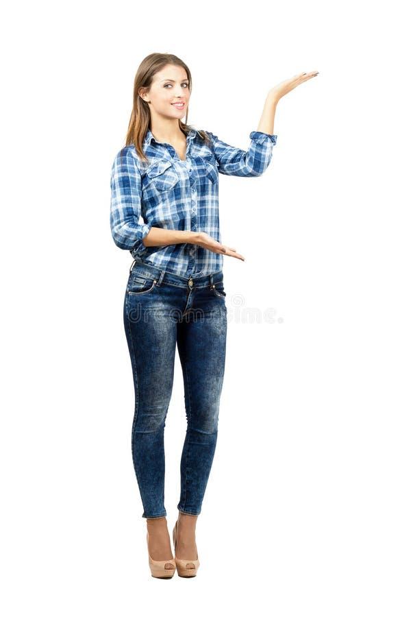 Ελκυστική ξανθή παρουσίαση στοκ εικόνες