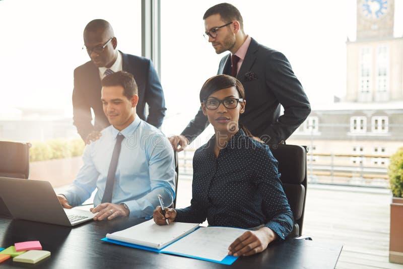 Ελκυστική ομάδα πολυφυλετικών επιχειρηματιών στοκ φωτογραφία με δικαίωμα ελεύθερης χρήσης
