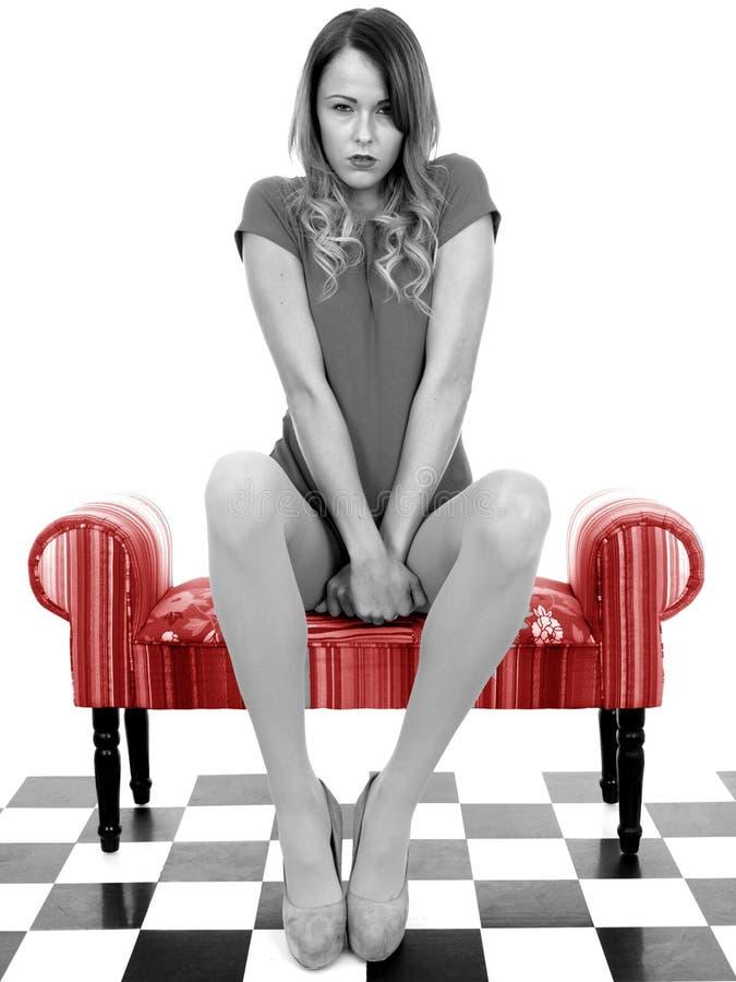 Ελκυστική δυστυχισμένη ταραγμένη καταθλιπτική νέα γυναίκα στοκ εικόνα με δικαίωμα ελεύθερης χρήσης