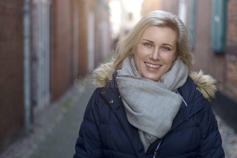 Ελκυστική φιλική ξανθή γυναίκα στην πόλη στοκ φωτογραφίες