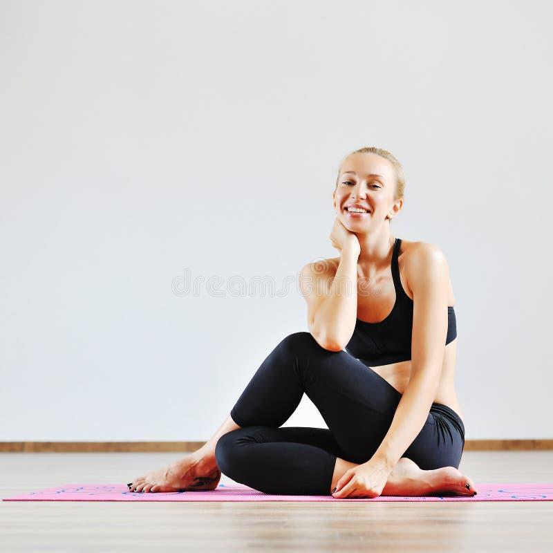 Ελκυστική χαμογελώντας γυναίκα στη γυμναστική στοκ φωτογραφία με δικαίωμα ελεύθερης χρήσης