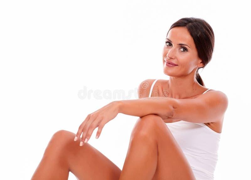 Ελκυστική χαμογελώντας νέα γυναίκα brunette μόνο στοκ εικόνα με δικαίωμα ελεύθερης χρήσης