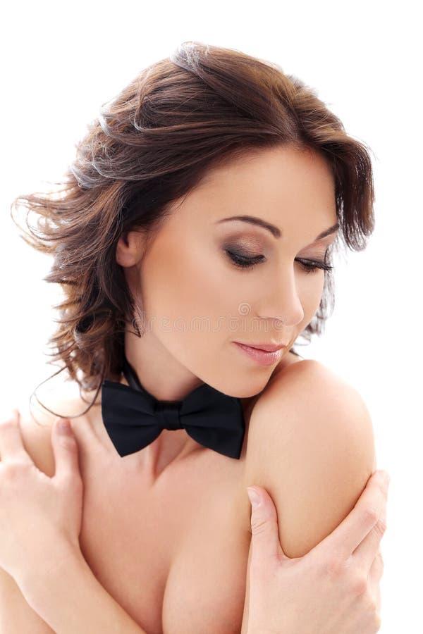 Ελκυστική, χαριτωμένη γυναίκα με έναν δεσμό τόξων στοκ φωτογραφία με δικαίωμα ελεύθερης χρήσης