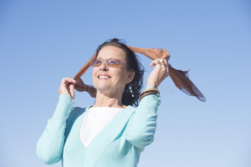 Ελκυστική χαλαρωμένη ώριμη γυναίκα υπαίθρια στοκ εικόνες