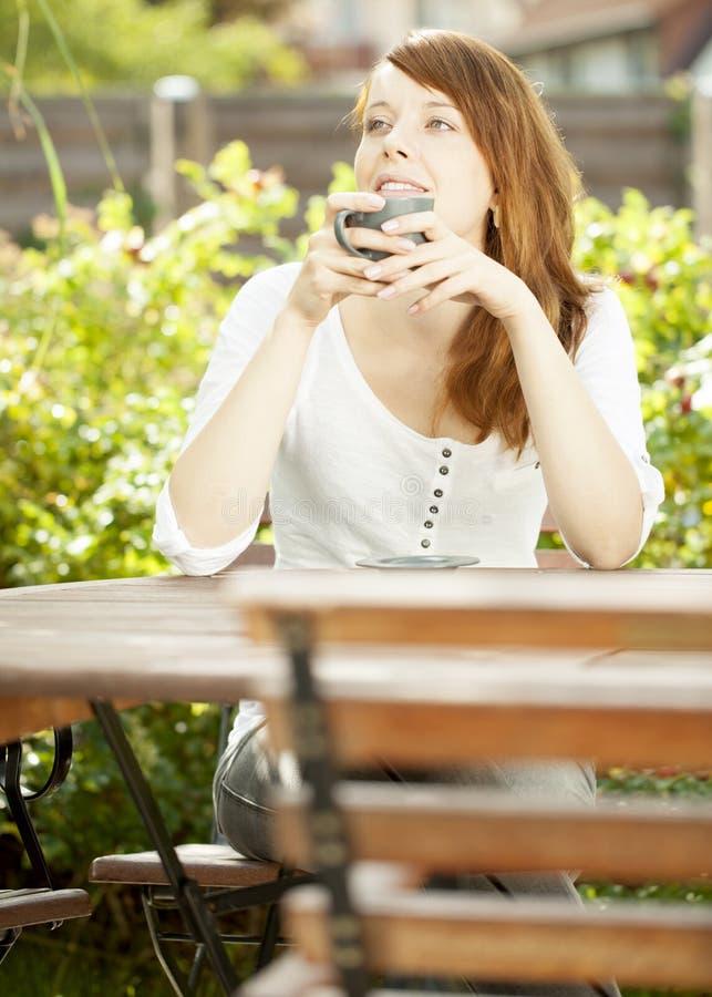 Ελκυστική redhead αφηρημάδα γυναικών στοκ εικόνες