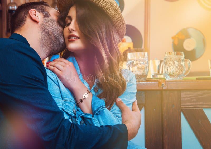Ελκυστικοί εραστές που φιλούν και που αγκαλιάζουν στο φραγμό στοκ φωτογραφίες