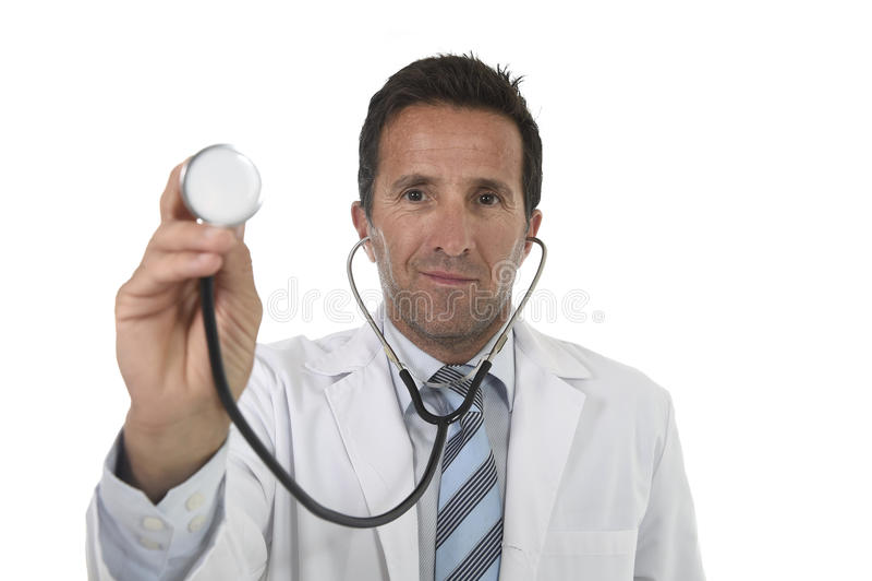 ελκυστικός αρσενικός γιατρός ιατρικής της δεκαετίας του '40 στην ιατρική εσθήτα με το στενό επάνω χαμόγελο στηθοσκοπίων εκμετάλλε στοκ φωτογραφία με δικαίωμα ελεύθερης χρήσης