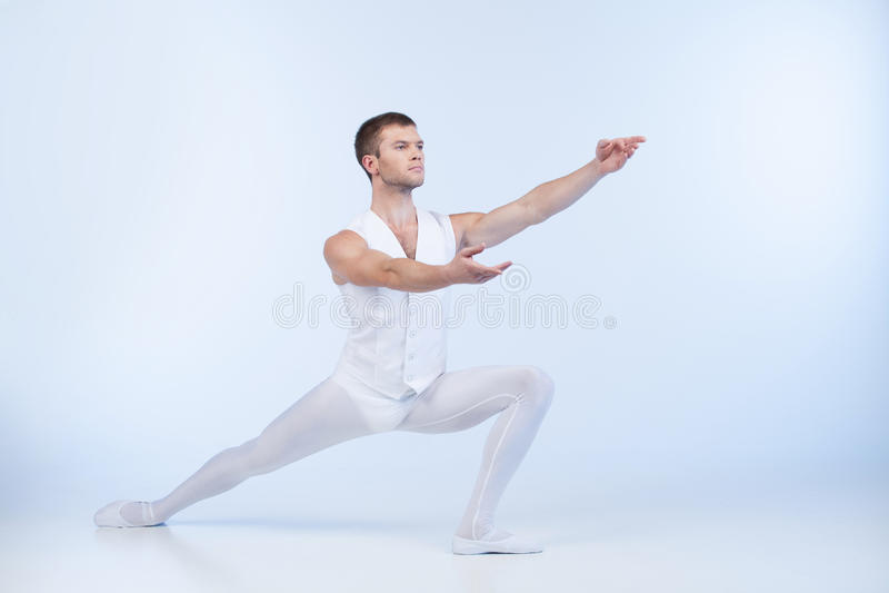 Ελκυστικός αρσενικός χορευτής που θέτει και που ενεργεί. στοκ φωτογραφία με δικαίωμα ελεύθερης χρήσης