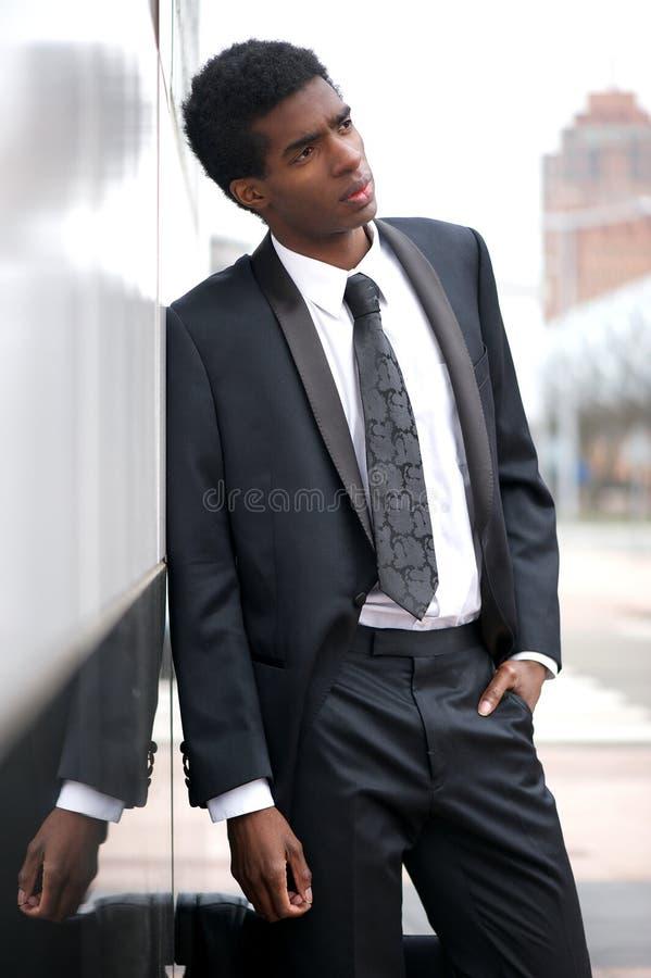 Ελκυστικός επιχειρηματίας που στέκεται υπαίθρια στοκ φωτογραφία
