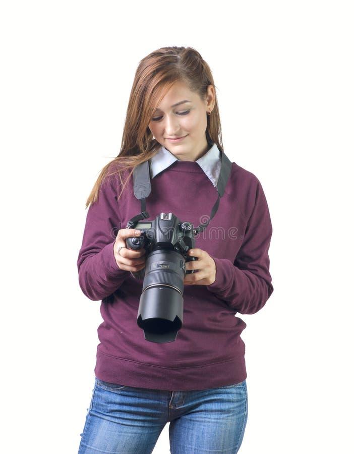 Ελκυστικός θηλυκός φωτογράφος που κρατά μια κάμερα στοκ φωτογραφίες