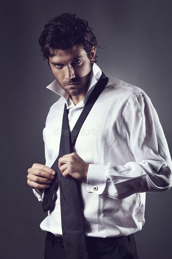 Ελκυστικός πρότυπος φορώντας δεσμός μόδας στοκ φωτογραφίες