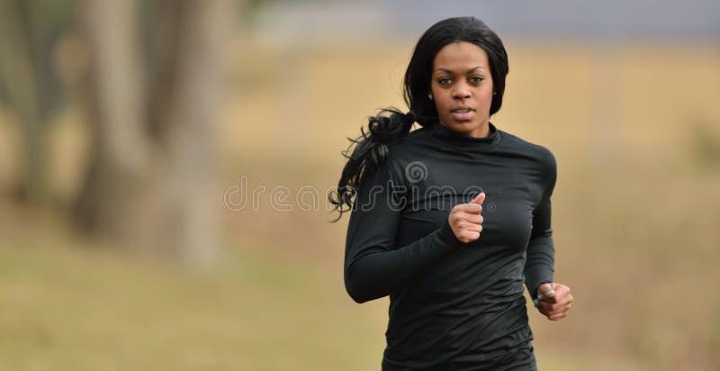 Ελκυστικός δρομέας γυναικών αφροαμερικάνων jogger στοκ φωτογραφία με δικαίωμα ελεύθερης χρήσης