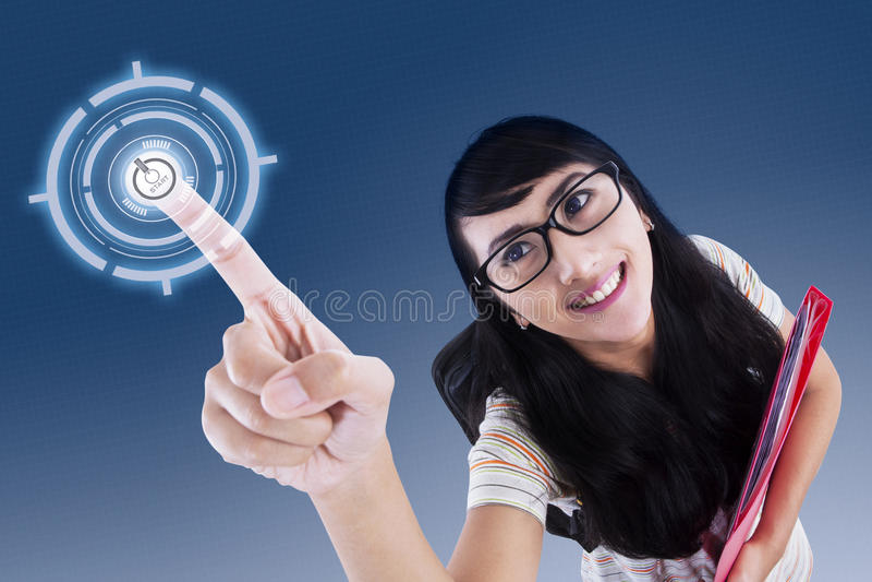 Ελκυστικός φοιτητής πανεπιστημίου σχετικά με την εικονική οθόνη στοκ εικόνες