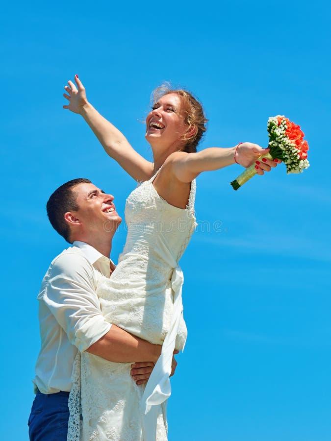 Ελκυστικό γέλιο παντρεμένων ζευγαριών στοκ εικόνα