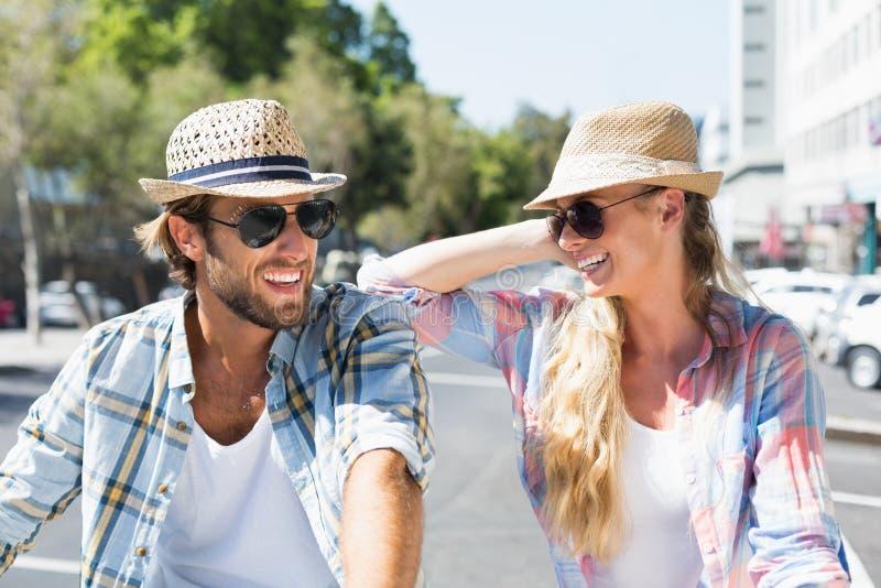 Ελκυστικό ευτυχές ζεύγος που φορά τα γυαλιά ηλίου στοκ φωτογραφίες με δικαίωμα ελεύθερης χρήσης