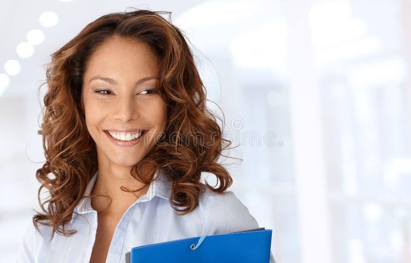 Ελκυστικό ευτυχές χαμόγελο επιχειρηματιών στοκ εικόνες