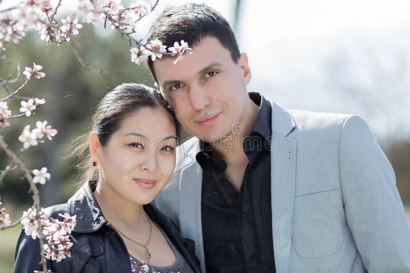 Ελκυστικό ζεύγος στο ανθίζοντας πάρκο στοκ φωτογραφία με δικαίωμα ελεύθερης χρήσης